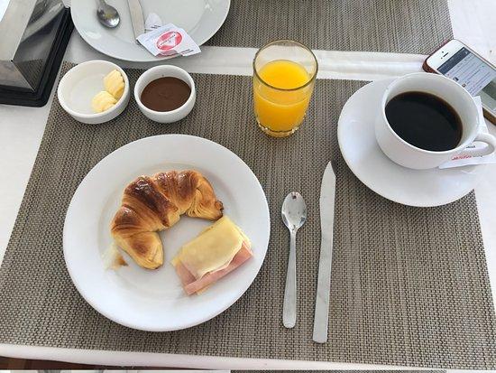 Hotel Bravamar: Café da manhã com poucas opções, no entanto, o que era servido era de excelente qualidade!