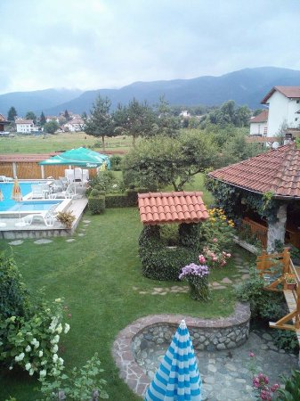 Govedartsi, Bulgarije: Garden and Mountain view from room