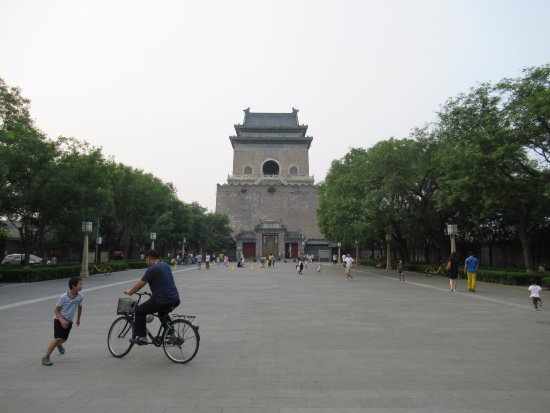 Nanluoguxiang: Play area around Drum Tower