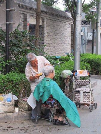Nanluoguxiang: Street barber