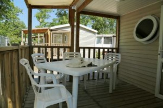 Camping Le Rochelongue: Terrasse mobil-home 2 chambres sans climatisation