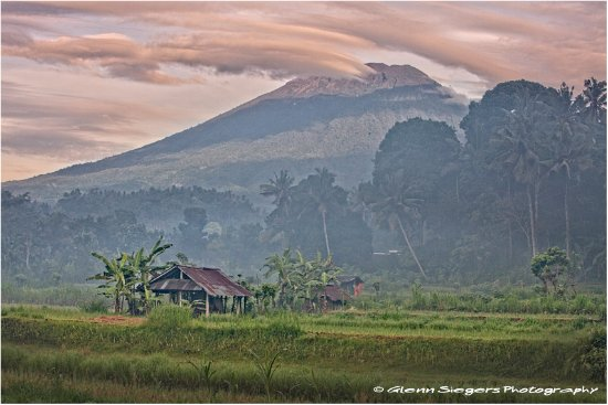 Ababi, Indonesien: The majestic Gunung Agung is guarding over the little rice field valley @ Kubu Carik.