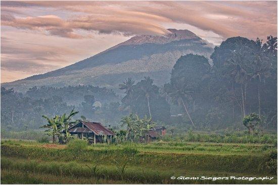 Ababi, Indonésie : The majestic Gunung Agung is guarding over the little rice field valley @ Kubu Carik.
