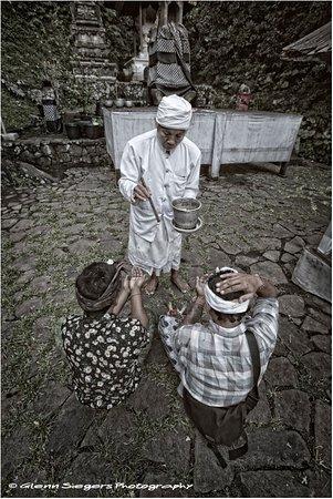 Ababi, Indonésie : Kadek & his friend are bringing reverence & offerings at one of the temples @ Bukit Lempuyang.