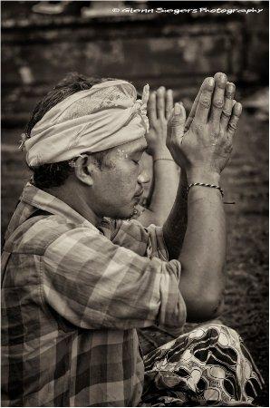Ababi, Indonésie : Kadek is bringing Devotion & Reverence on Bukit Lempuyang.