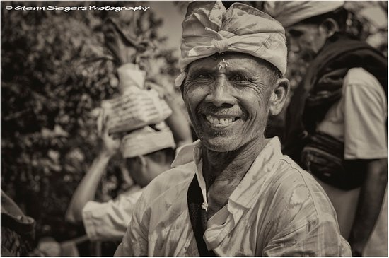 Ababi, Indonesien: Always a true and a heartfelt smile when you take the effort to have a chat with a Balinese Pilg