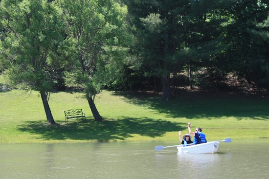 Sloansville, Νέα Υόρκη: STONE ROSE OFFERS BOAT RIDES ON OUR 2 PONDS ALONG WITH HIKING TRAILS, NUMEROUS GARDENS AND BENCH