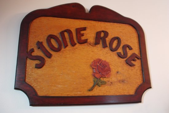 Sloansville, Estado de Nueva York: STONE ROSE BUILT UPON A DREAM. COME & SHARE THE DREAM WITH YOUR INNKEEPERS, LYNDA, CHUCK AND FRA