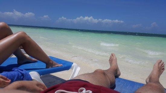 Descansando en la playa del hotel