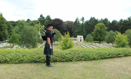 Newport Pagnell, UK: Piper at Butts New British Cemetery - Polygon Wood