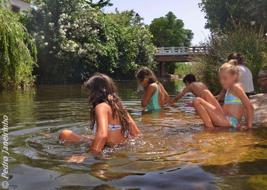 Alte, โปรตุเกส: Na Fonte Pequena, mais sossegada, também se pode tomar banho - em companhia de patos e gansos!