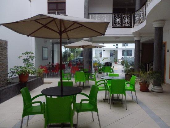 Hostal Villa Manuelita: salle du petit déjeuné (chaise plastique)
