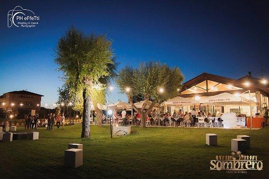 San Feliciano, Italien: Vista esterna ristorante con ampio giardino e e terrazza esterna per per cene ed eventi.