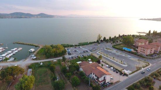 San Feliciano, Italien: Vista Drone del ristorante zero7cinque Lago e veduta del Lago Trasimeno.