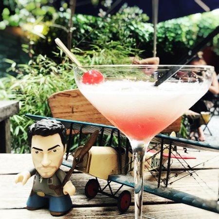 """Le grenier d'Elvire: """"Aviator"""" : gin infusé au concombre, lime, blanc d'oeuf, creme de cassis..."""