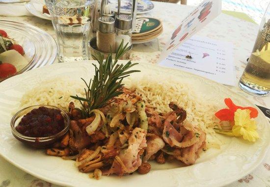 Gmund, ออสเตรีย: Schweinskarree mit Eierschwammerln, Speck und Reis.