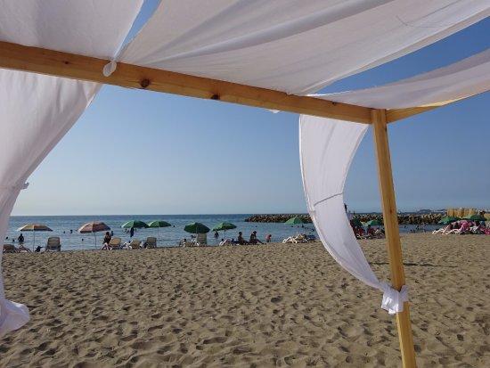 Zeralda, Argelia: Matelas protégés du soleil face à une belle plage