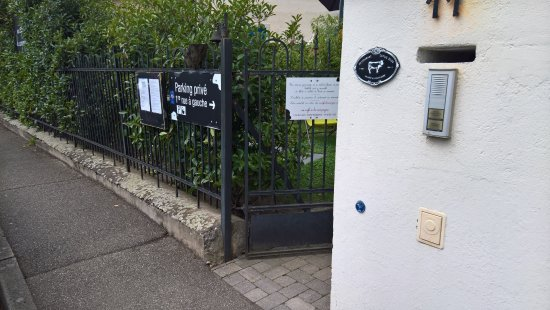 Mundolsheim, France: L'entrée des artistes...