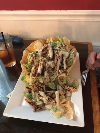 Cobleskill, Estado de Nueva York: Grilled chicken Caesar salad in tortilla bowl at Justine's.
