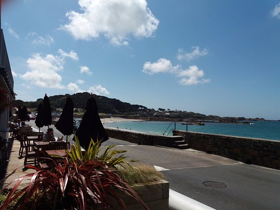 Castel, UK: View from the restaurant across Cobo Bay