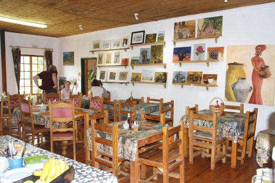 Sani Pass, Sudáfrica: Interior of  Giant's Cup Cafe with art gallery , ethnic decor cosy fireplace for winter & free W