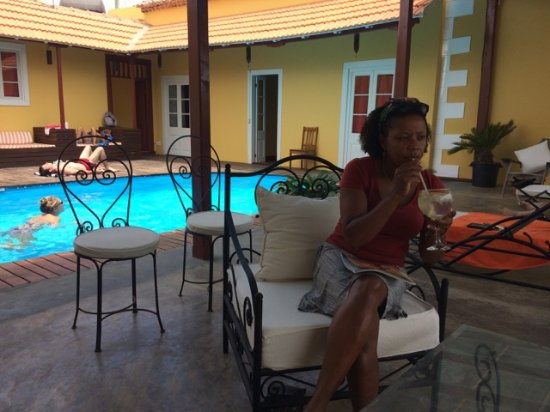 Colonial House Bed and Breakfast: Sipping a gin tonic by the pool!