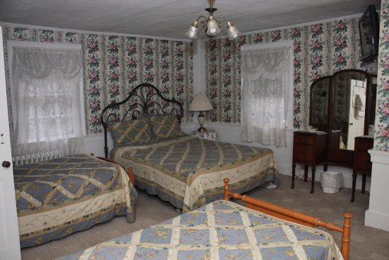 Bethel, ME: Family room.