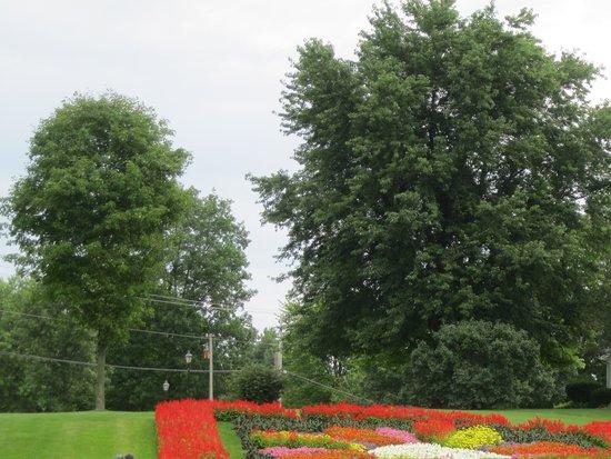 Essenhaus Inn & Conference Center: One of the flower gardens
