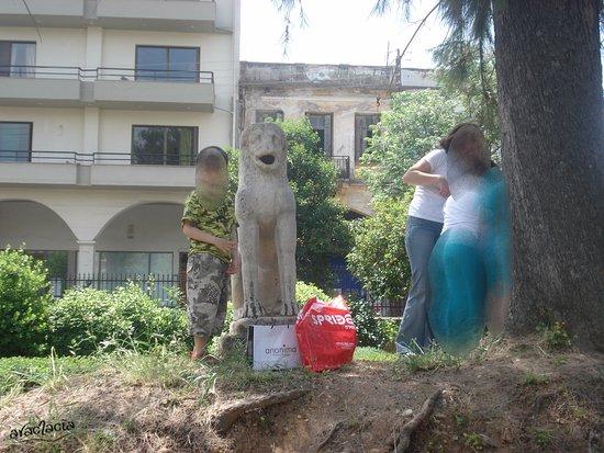 Archaeological Museum of Sparta: άγαλμα στον κήπο