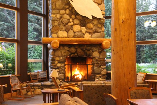 Seward Windsong Lodge: Lobby Fireplace