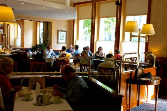 Best Western Plus Hotel Mirabeau: Breakfast is a busy time