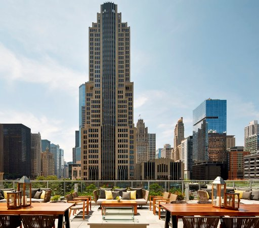Nice roof top terrace review of streeterville social for Boutique hotels chicago north side