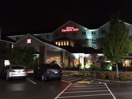 Springfield, OR: night view of the hotel entrance.