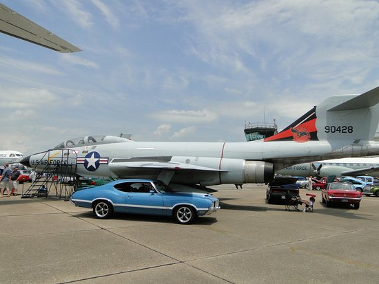 Dover, DE: Outside exhibit with car show attendees