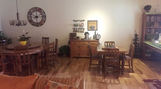 Blue Spruce Bed and Breakfast: dining room