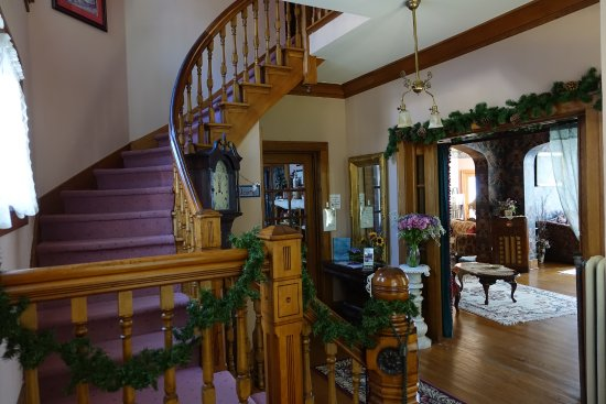 Abilene, KS: Stairway, entryway, and living room