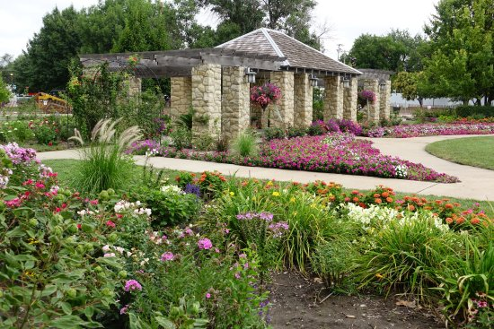 Abilene, KS: Nearby rose garden