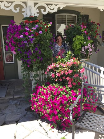 Oban Inn, Spa and Restaurant: The flowers were so beautiful in the garden.