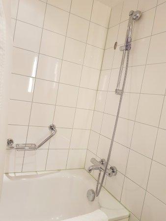 Hilton Vienna: Bathtub and shower