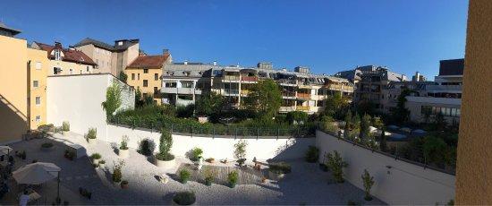 Hotel Hofwirt Salzburg: Hofansicht und Betten