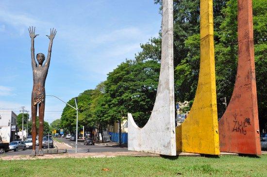 Maringa, PR: Foto do Monumento ao desbravador, Popular O Peladão.