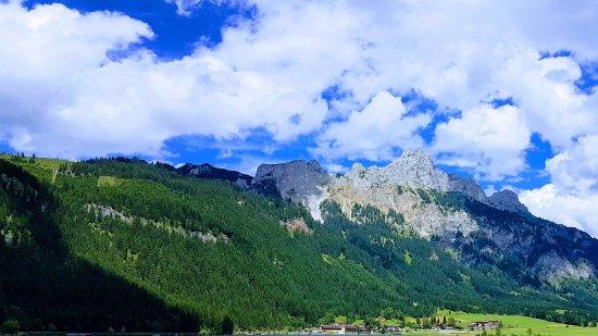 Nesselwaengle, Αυστρία: Haldensee mit Hotelanlage in Hintergrund