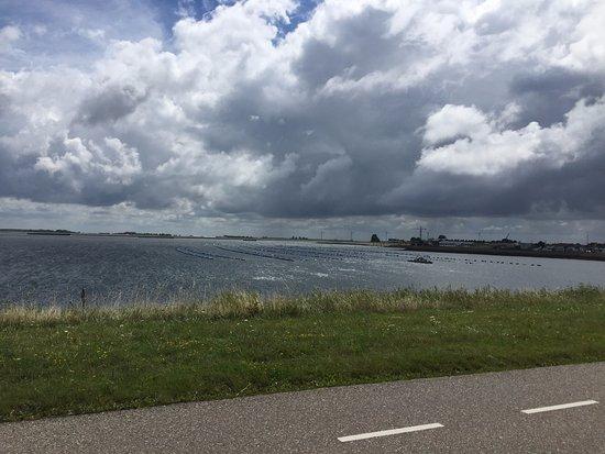 Bruinisse, Holandia: View towards the restaurant