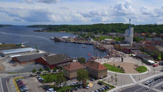 Cafe K ligger med udsigt til Hobro Havn og Mariagerfjord. Du kan se de røde Cafe k bygninger i h ...