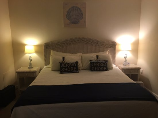 Seaport Inn Motel: We walked into our room right into a king sized bed ! Loved it! Cute little pillows and lamps.