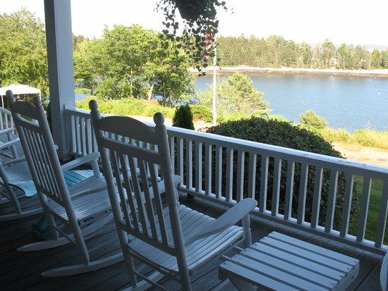 Grey Havens Inn: The porch is LONG, with rocking chairs, a swing, and other comfortable places to sit and enjoy.