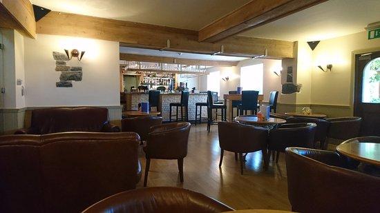 Saint Saviour, UK: Bar area