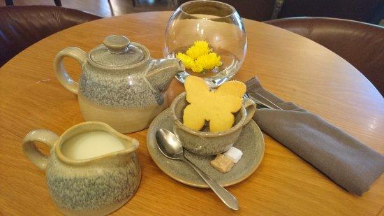 Saint Saviour, UK: Tea and biscuit