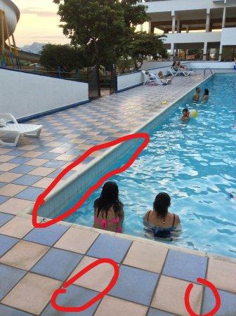 Los Toboganes de Melgar : Suciedad en el borde de todas las piscinas; manchas de mugre y coloración verde.