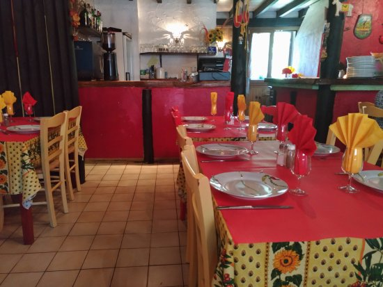 Formigueres, France: Tables aux couleurs de la Catalogne